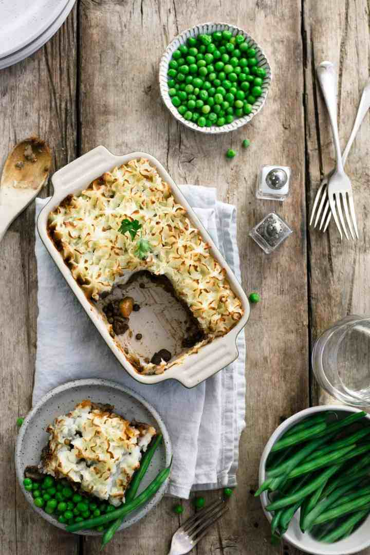Vegan shepherd's pie with lentils. All-time favourite recipe for the whole family! #vegan #lentilpie #comfortfood | via @annabanana.co