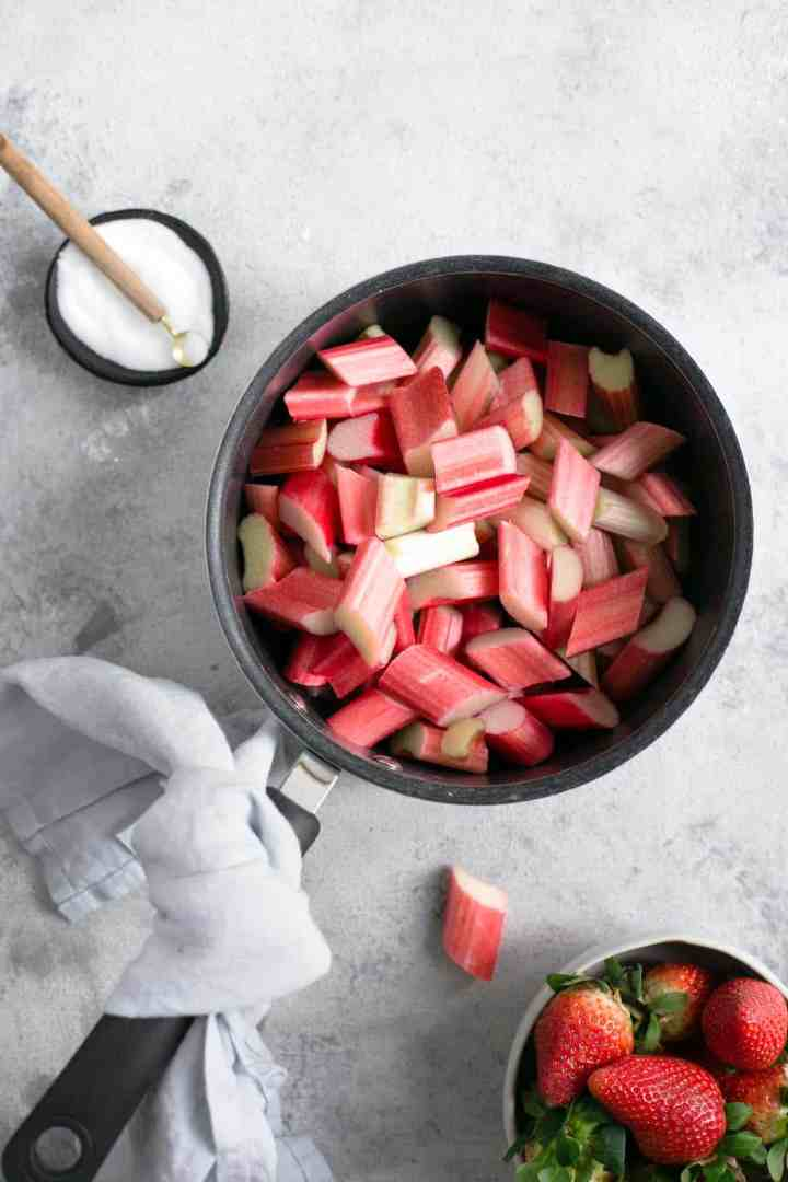 Rhubarb strawberry pie. Easy and tasty recipe for a timeless classic! #rhubarb #vegan #dairyfree | via @annabanana.co