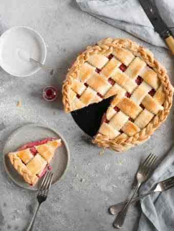 Classic rhubarb strawberry pie. Easy and delicious recipe for a whole family! #vegetarian #rhubarb #pie | via @annabanana.co