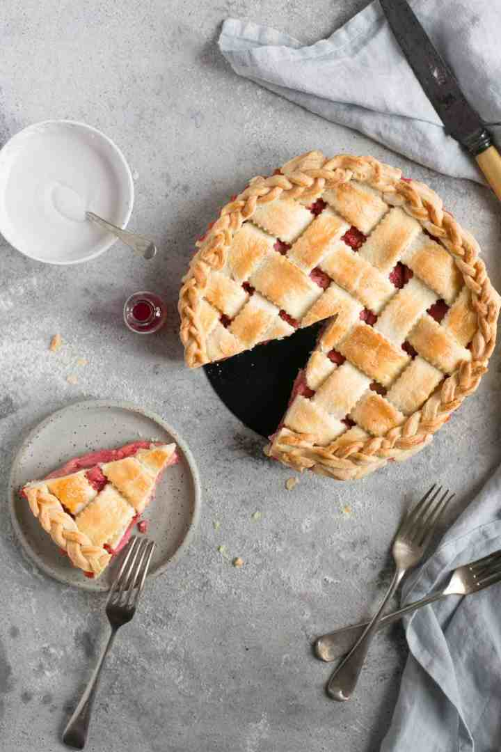 Rhubarb strawberry pie with lattice top. Delicious pie, full of classic flavours! #dairyfree #vegetarian #rhubarb #pie | via @annabanana.co