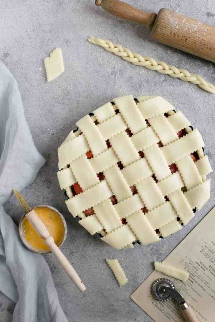 Rhubarb strawberry pie with lattice top. Delicious pie, full of classic flavours! #vegan #vegetarian #rhubarb #pie | via @annabanana.co