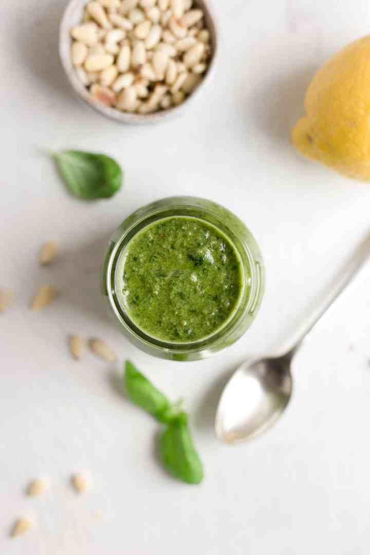 Super simple and totally delicious vegan pesto recipe! #veganrecipe #veganpesto #pesto | via @annabanana.co
