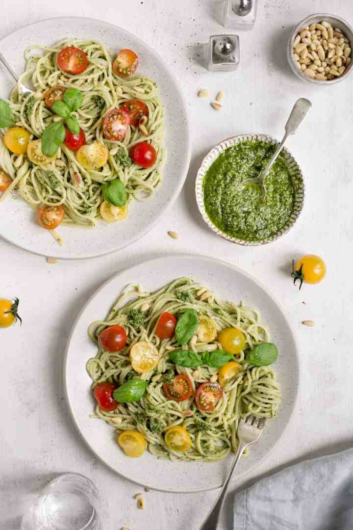 Pesto pasta with cherry tomatoes, ready in just 15 minutes! Easy and healthy lunch or dinner #vegan #veganrecipe #foodphotography | via @annabanana.co