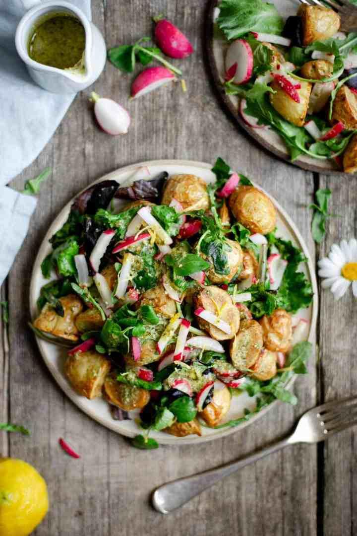 Quick and easy roasted new potato salad with green pesto #newpotatosalad #veganmeals #saladrecipe | via @annabanana.co