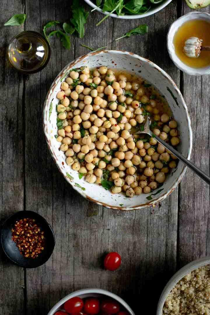 Marinated chickpeas for tomato and quinoa salad jars #vegan #veganrecipe #saladjars | via @annabanana.co