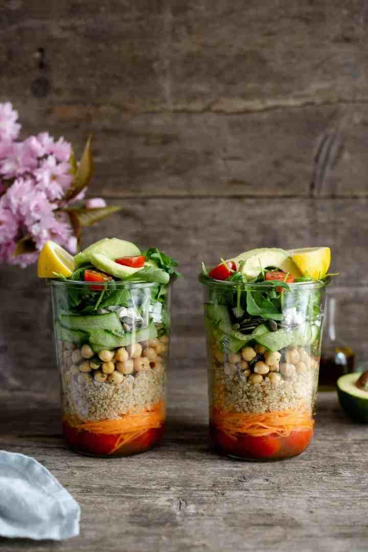 Tomato and quinoa salad jars. Easy and fun way to prepare your work lunch! #dairyfree #mealprep #saladjar | via @annabanana.co