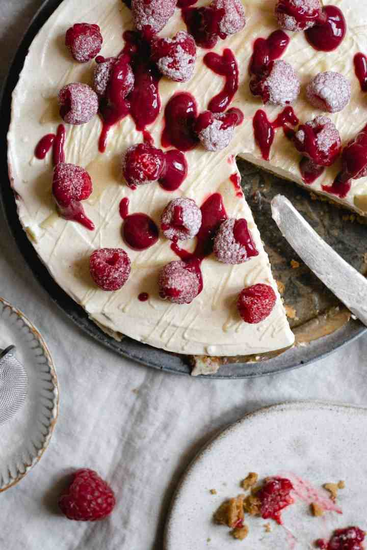 Smooth and creamy no-bake raspberry cheesecake with white chocolate #nobake #dessert #cheesecake | via @annabanana.co