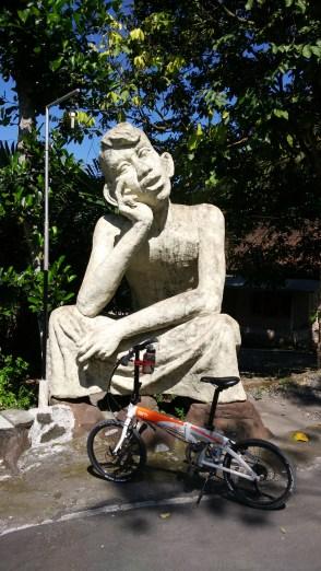 Patung di jalan menuju Omah Petruk