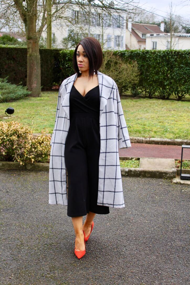 combinaison noire et manteau carreaux