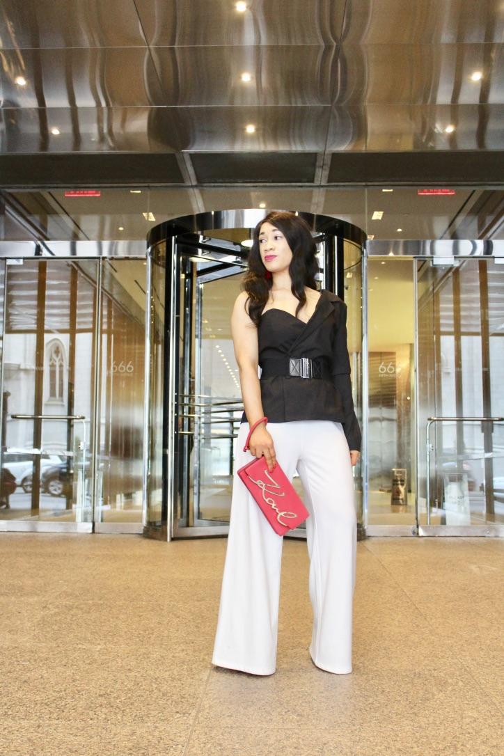 Le look blazer noir et pantalon blanc