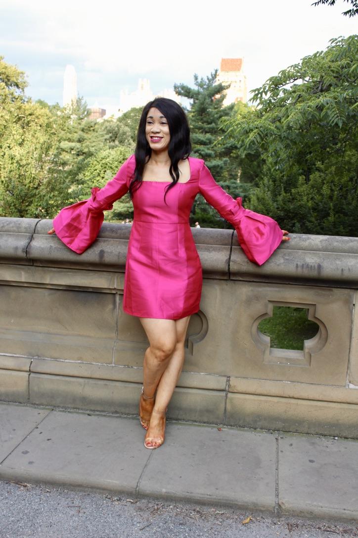 Glamour En Robe Fuchsia A Manches Cloches