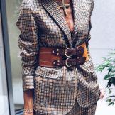 look-blazer-carreaux-ceinture-marron