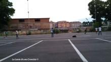 Piazzale Maslax, ragazzi migranti giocano prima della notte successiva allo sgombero