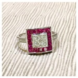 Elegante anillo de diseño cuadrado realizado en oro blanco con brillantes y rubíes.