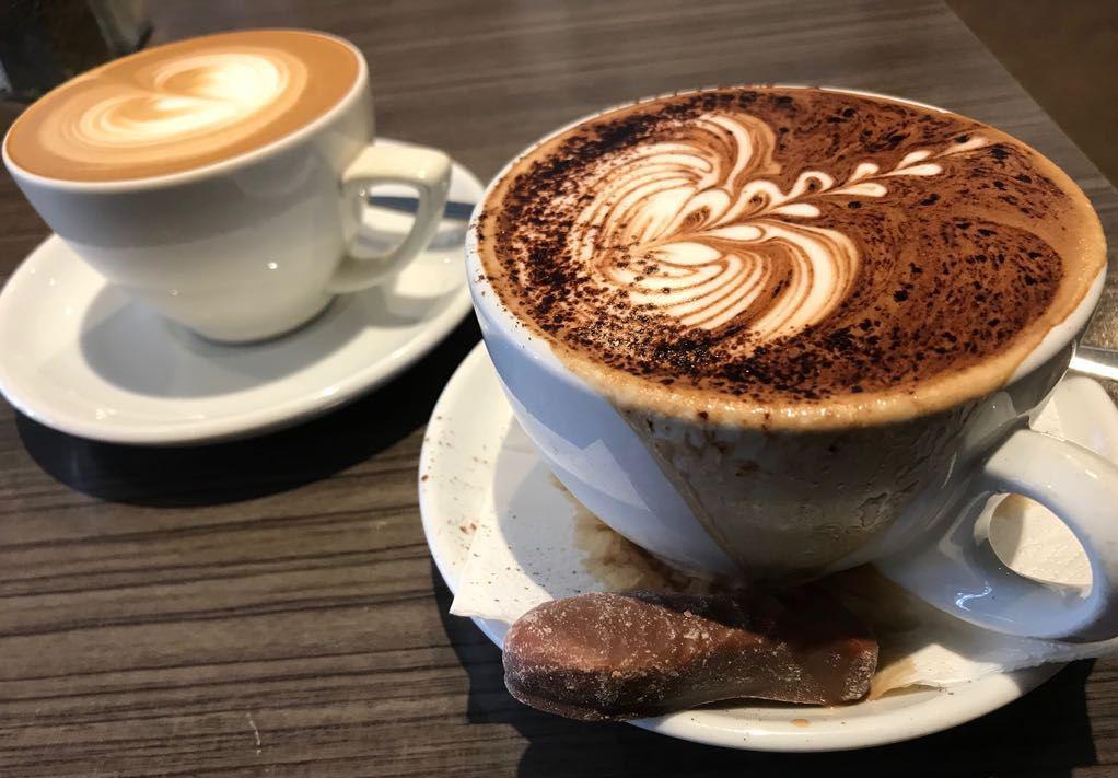 Zwei Kaffees auf einem Tisch