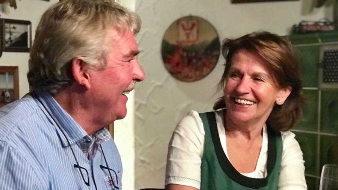 Mann und Frau lachen sich an