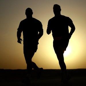 Jogger im Sonnenuntergang
