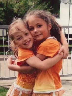 Anna und Lena umarmen sich als kleine Kinder