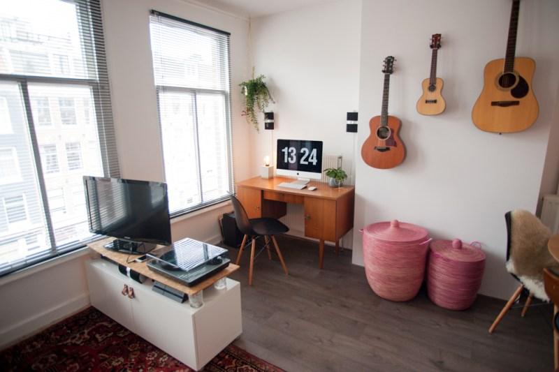 Thuisbeeld | Rachel van De Huismuts | Het bureau en de gitaren aan de muur