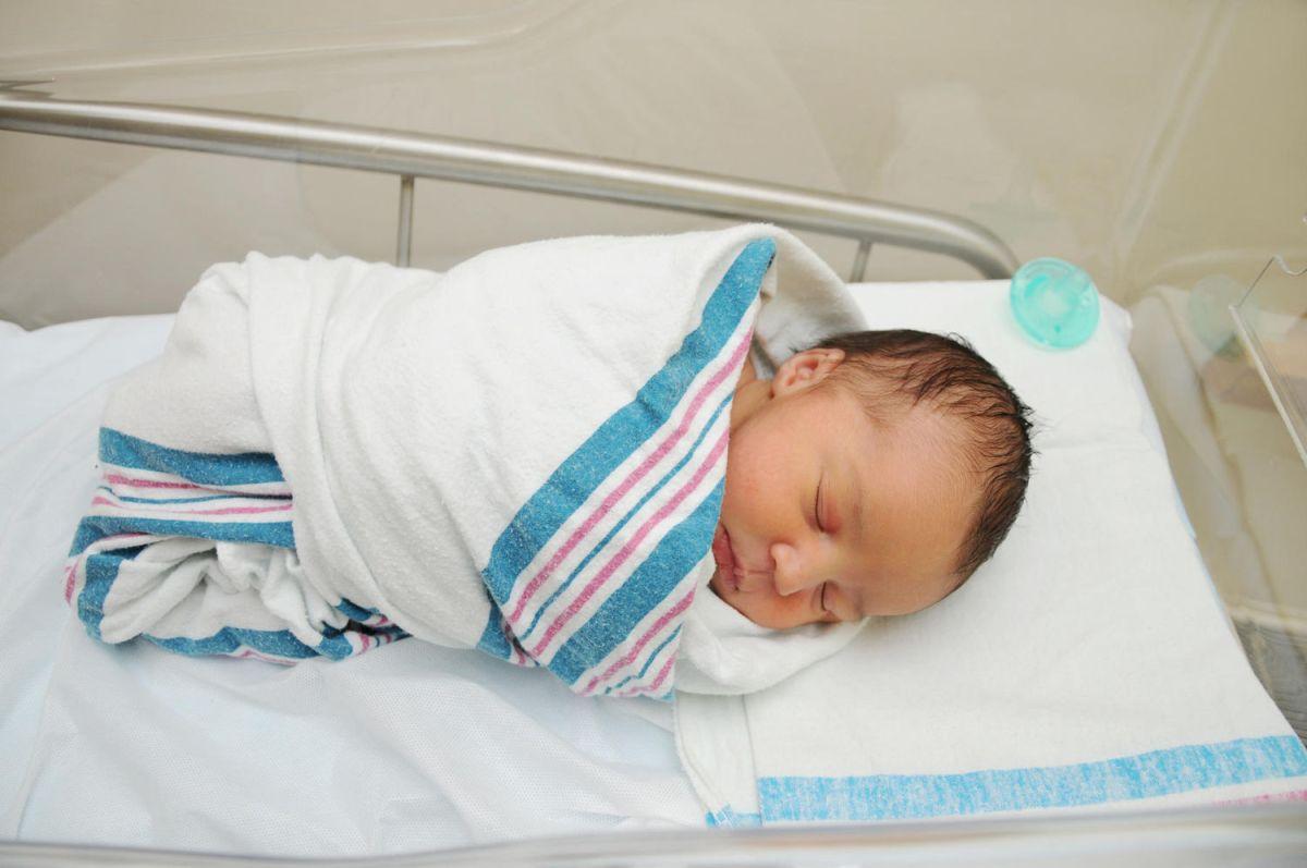 newborn-baby-in-hospital-blanket