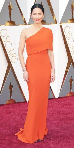 Olivia Munn, abito Stella McCartney, gioielli Forevermark