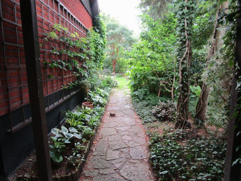 Avslutar med gången in i trädgården som besökare tar vid visningarna