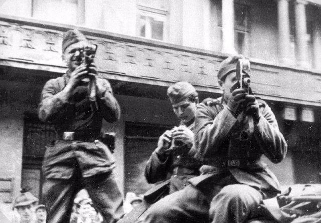 Los soldados nazis filman un pogromo. Leópolis o Lviv (Ucrania), junio o julio de 1941.