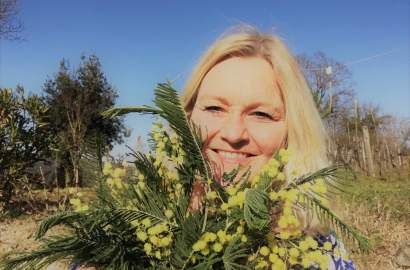 Årets vin er fortsatt et stykke unna. Vinstokkene tør ikke helt ennå erklære at en sesong skal begynne. Jeg er på jakt etter vårtegnet som feirer kvinnen. Mimosa, en blomst og vindrikk.