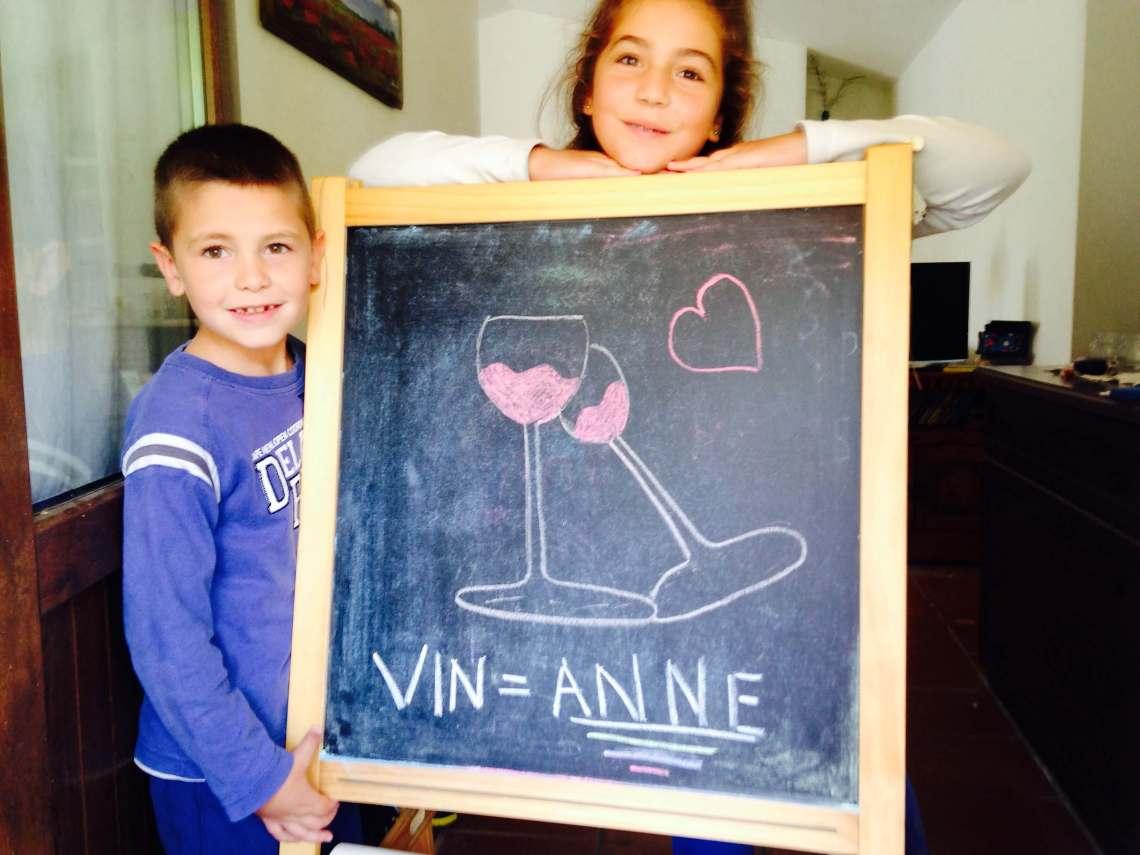 Flere hundre liter med vin står i tønner på vingården vår i Italia. Når vinen flaskes opp er det uten vinetikett. Det er på tide å ta et valg. Kanskje er det så enkelt som dette bildet tegnet av barna til noen venner i Italia.