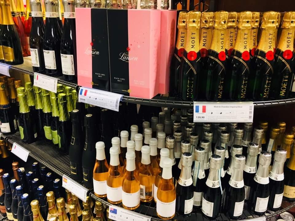 I 2017 opplevde Vinmonopolet en nedgang på 0, 8 prosent i salget. Størst nedgang i vinsalget er på rødvin. Polsjefen er bekymret og sier at nordmenn må bli mer lojale.