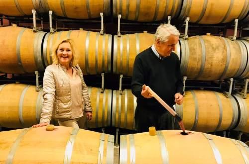 –Nordmenn elsker gammel vin, sier Jean Merlaut ved Château Dudon. Han forsyner nordmenn med god, moden og rimelig Bordeauxvin. 2009-årgangen er akkurat ankommet Norge og den innfrir med en pris på 158 kroner. Her kan du bli med til det lille, gule vinslottet og møte mannen som gjør Bordeauxvin tilgjengelig for alle.