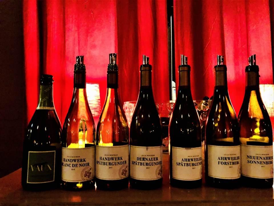 –Det spiller ingen rolle om du ikke kan si mer enn om du liker vinen eller ei. Mitt ønske er at folk skal nyte den, sier vinprodusent Julia Bertram (30). Den unge, tyske vinmakeren er en nykommer i Norge med vinene hun lager på Spätburgunderdruen.