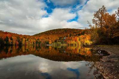 Lac Gale sous les couleurs d'automne - Bromont, Qc, Canada