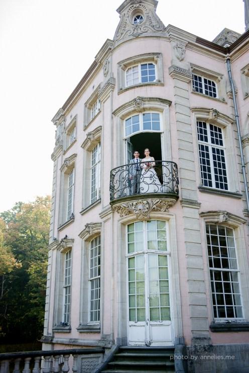 Huwelijksfotograaf - Marco&Jana - Aalter Kasteel Poeke - fotoshoot koppel - balkon buiten