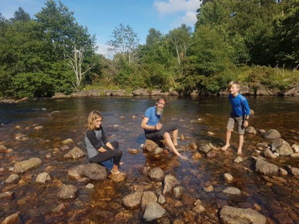 voeten wassen en drinken koelen in de rivier