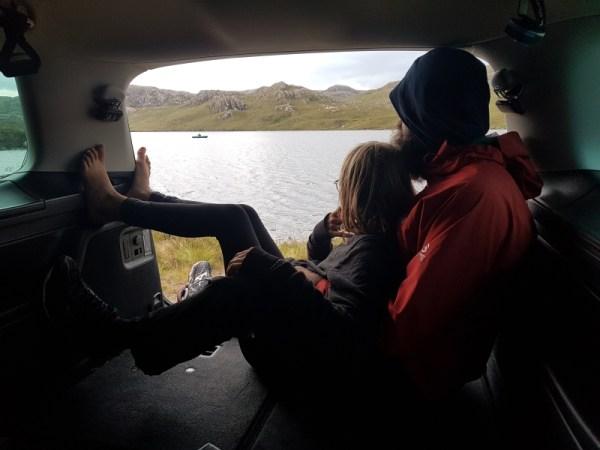gezellig in de koffer van de VM Sharan met zicht op Loch Tollie