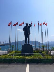 Mustafa Kemal Ataturkin patsas löytyy jokaisesta kaupungista ja Marmariksessa se sijaitsee keskustassa