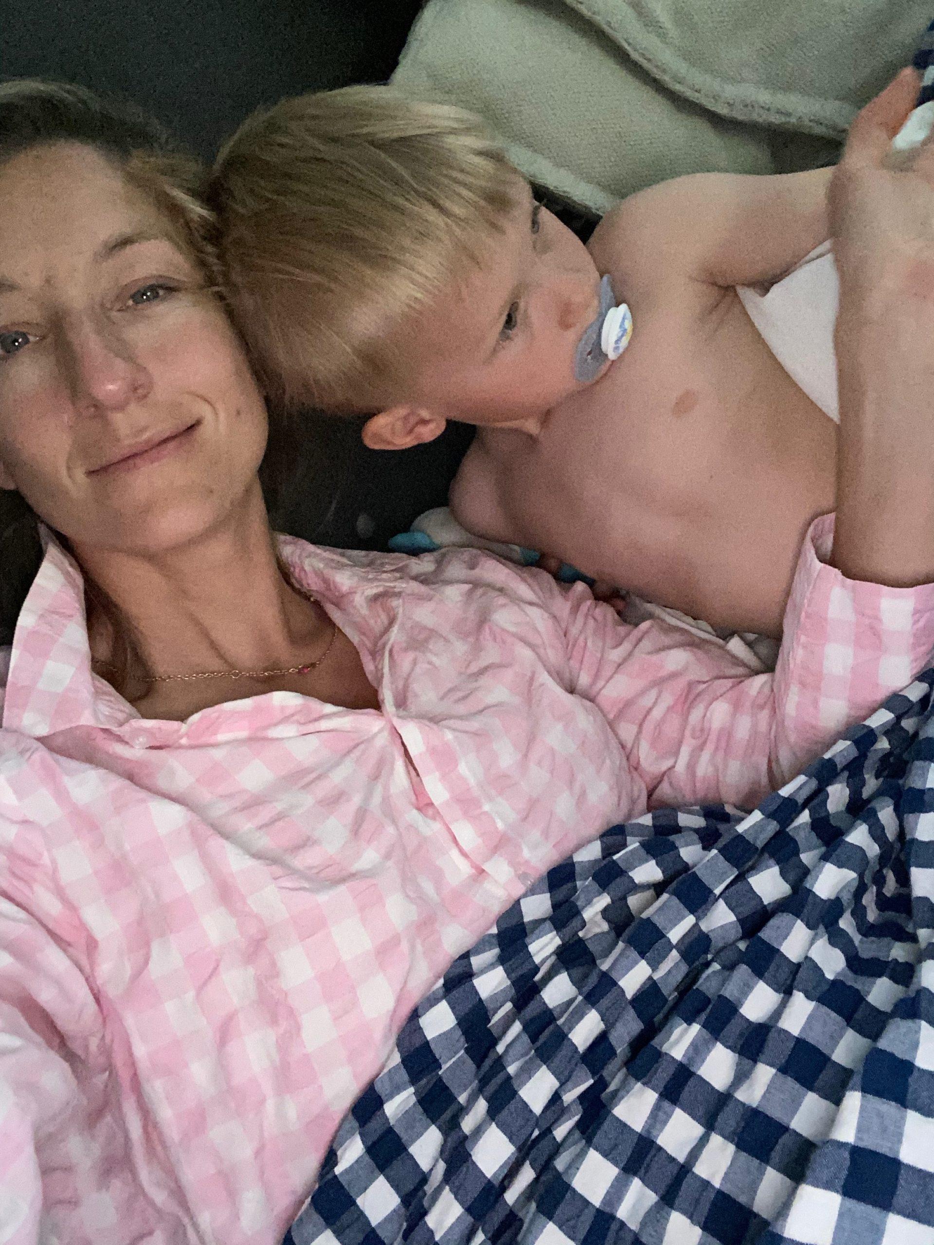 Annemette og Luca i sengen