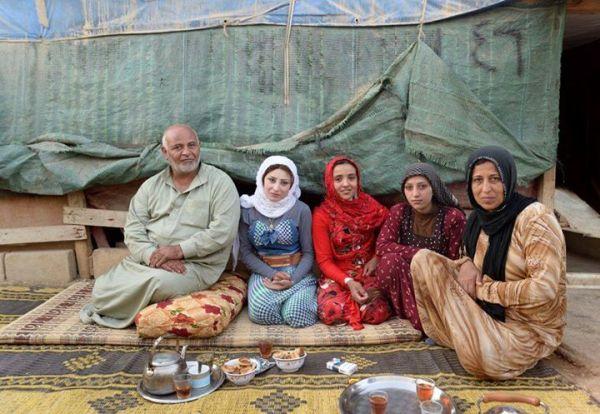 Familie in vluchtelingenkamp in Libanon. Gefotografeerd door Thijs Heslenfeld voor hun boek 'Anything Out Of Nothing'. www.thijsheslenfeld.com/fotoboek . September 2015.