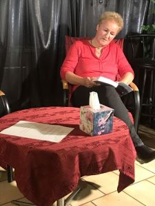Frau sitzt mit Buch und liest