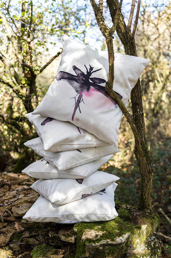 coussins libellules en pile dans la forêt