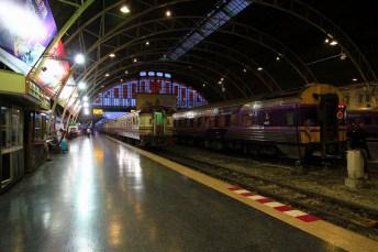 夕暮れの中、夜行列車が出番を待つ