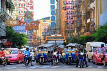 グランドチャイナプリンセスホテル前の交差点。オートバイが信号待ちの車列をすり抜け前線に躍り出る。