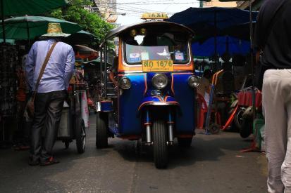 チャイナタウンで便利なのはトゥクトゥク。バイクでは運びきれない荷物を満載して水を得た魚のように走り回る。