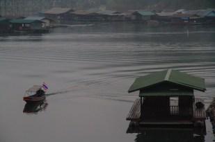 早朝、静寂な湖面をボートは進む。聞こえるのは軽快なエンジン音だけだ。