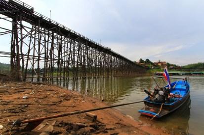 手作業で高く組み立てられた木造橋。一見頼りなさそうに見えるが、光の当たり方によっては厳かにも見える。