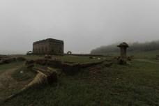 霧に包まれた空間を独り占めして贅沢に撮影を楽しむ。