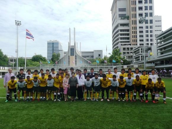 バンコク・クリスチャンカレッジU-18チームと記念撮影。