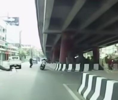 ノーヘル運転手が警察から逃げる