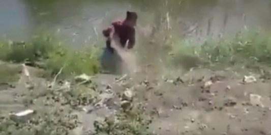 土をかける男性